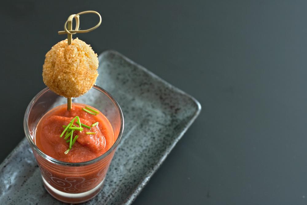 Mini gazpacho di pomodoro e fragole con polpette di quinoa