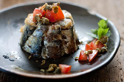 Tortino di sardine Angelo Parodi accompagnato da capperi e pomodoro