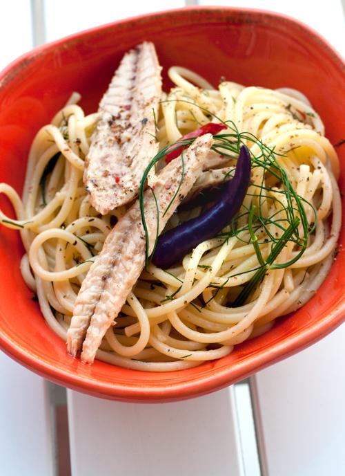 Spaghettini trafilati al bronzo con filetti di sgombro Angelo Parodi, peperoncino e finocchietto