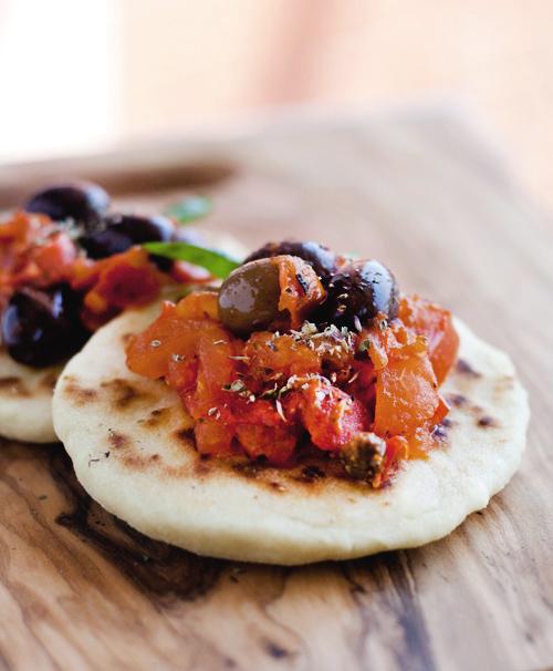 Piadina con salsa al pomodoro, olive e capperi