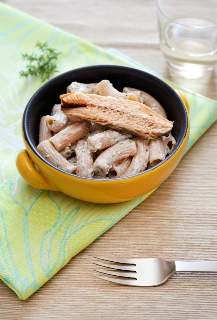 Maccheroni con filetti di sgombro, ricotta ed erbe mediterranee