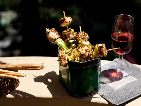 Spiedini di pollo e zucchine con senape all'ancienne e Negroamaro Cantele
