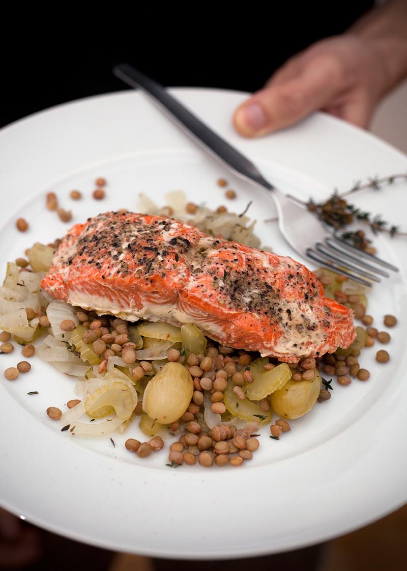 Filetto di salmone con uva e lenticchie