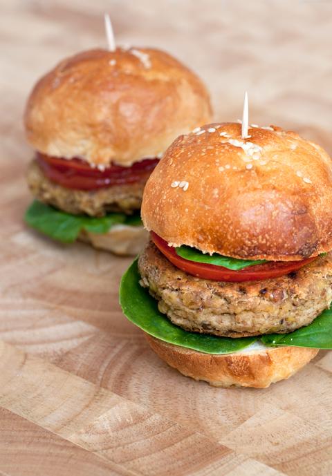 Mini hamburger di lenticchie, tonno e Lacrima di Morro d'Alba