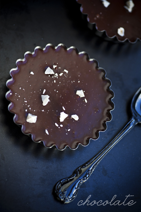 Famosa torta al cioccolato e sale - Rich chocolate tart with salt flakes by Jamie Oliver