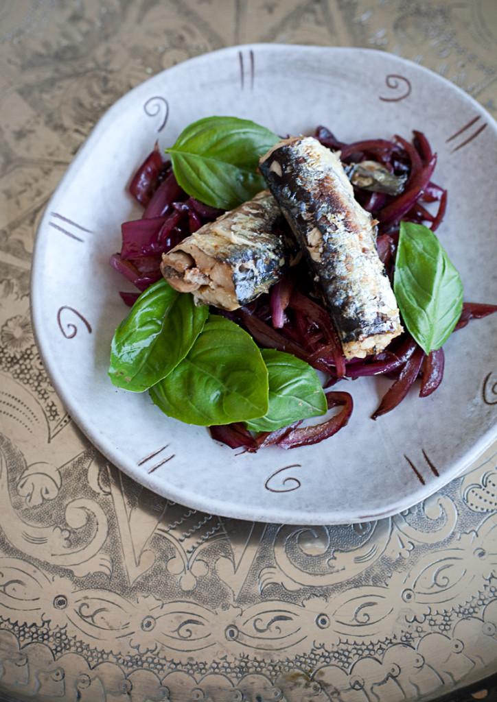 Sardine con cipolle all'aceto balsamico e basilico