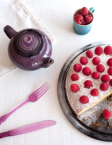 Una tazza di tè e la torta con polenta e lamponi