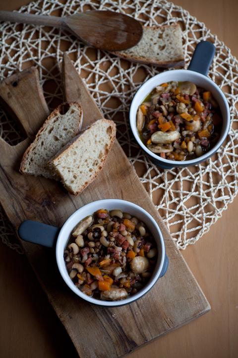 Zuppa con lenticchie, fagioli, prosciutto e Parmigiano Reggiano