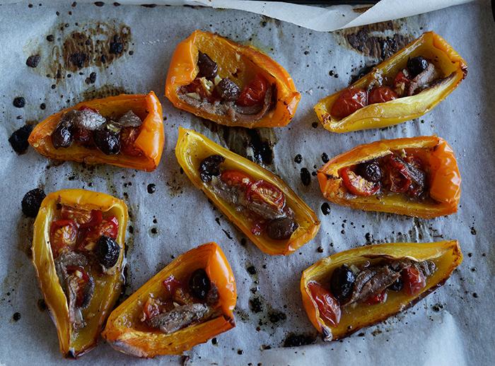 Peperoni arrostiti con olive Taggiasche e acciughe